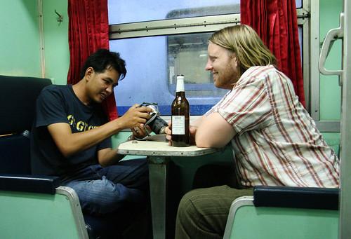 (Vår nye venn Tum og Lars på våre tildelte plasser på toget.)