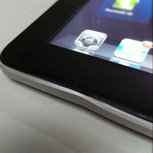 Gatos 1 X iPad 0: quebrou de novo o vidro do meu mimo.