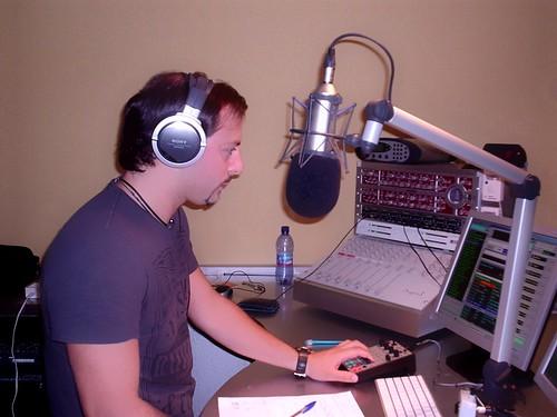 """Paolino Dj alla console nello studio del """"M,A&S"""" di Milano per la diretta della """"carovana on the road"""" di Radio Studio Piu'"""