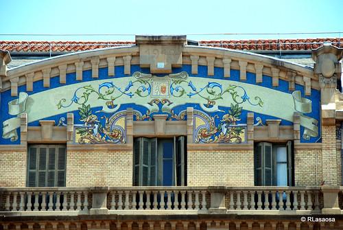 Colorista mosaico con motivos vegetales en el frontón del edificio de la Biblioteca de la Plaza San Francisco.