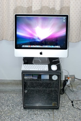 桌子擺不下這麼大台的 iMac,只好暫放於防潮箱上啦