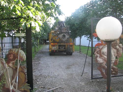 Das Baugerät muss vorläufig wieder abziehen. Die Errichtungsgesellschaft tobt und nennt den öffentlichen Grund wieder Privatbesitz.