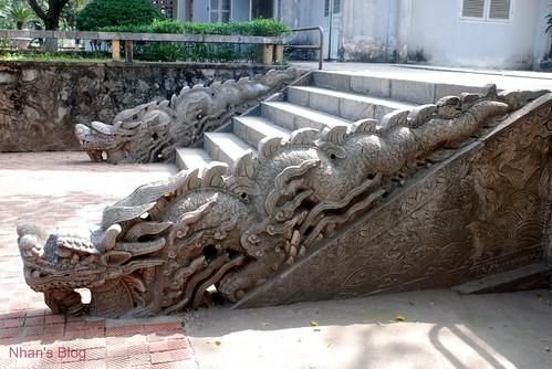 Đôi rồng nhỏ sau sân điện Kính Thiên