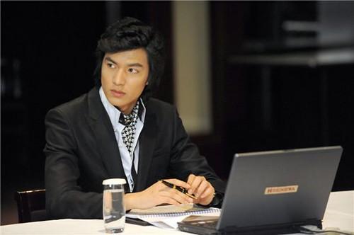 Gu Jun Pyo sibuk menyelesaikan urusan bisnisnya bak seorang pengusaha ulung