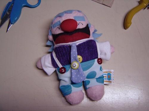 Mini-palhaço e suas vestes civis: coletinho de veludo roxo e calça de bolinhas com suspensórios