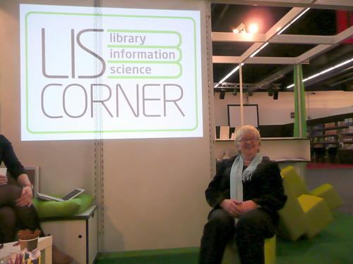 Dr. Claudia Lux, Generaldirektorin der Stiftung Zentral- und Landesbibliothek Berlin lümmelt auf der LIS-Corner auf der Frankfurter Buchmesse 2009.