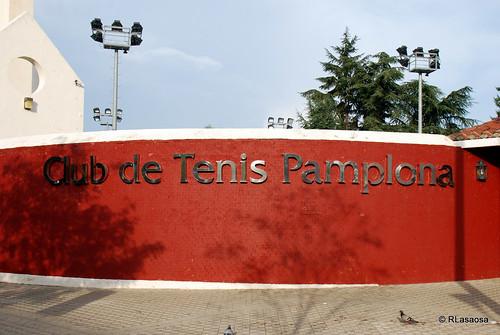 Letrero identificativo del «Club de Tenis Pamplona» situado a la entrada del Club.