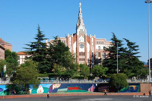 Iglesia de los PP. Paules o de La Milagrosa, obra de 1928 de Víctor Eusa, situada en la Avenida de Zaragoza. En primer plano, la Plaza de los Fueros.