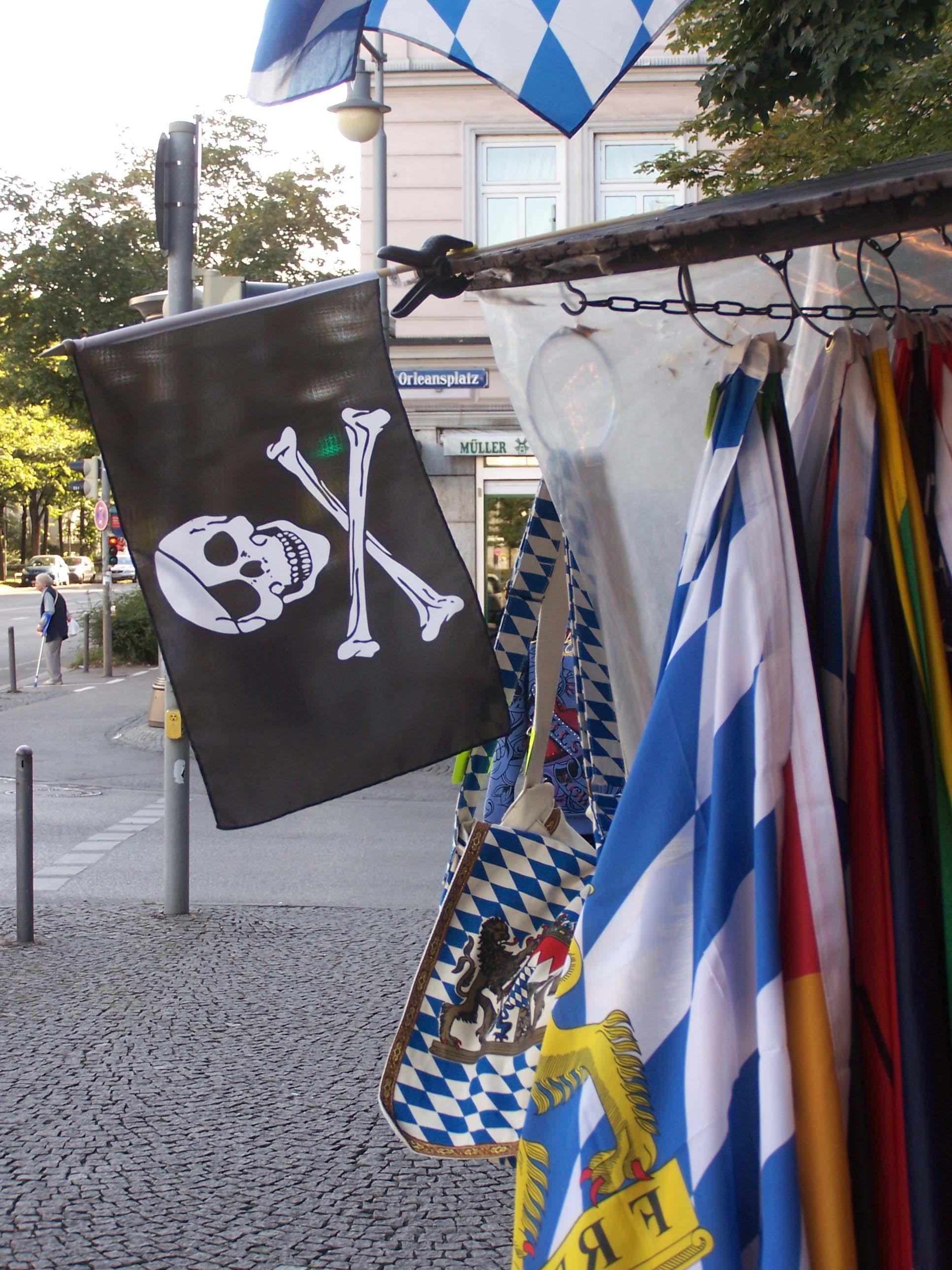 Piratenflagge weiß-blau, Orleansplatz Bayernmarkt