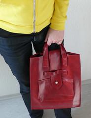 Susanne mit roter Tasche - da passt jede Menge Lohn rein