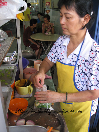 Penang assam laksa vendor making laksa to go