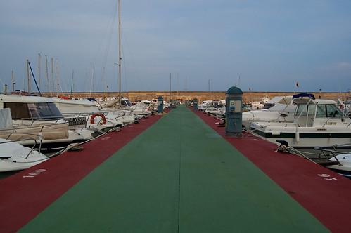 Un dique del puerto deportivo