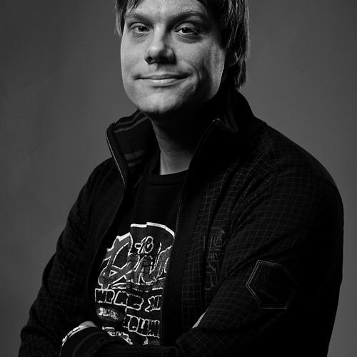 Porträttfotografering av debuterande författare och filosof Peter Ekberg. Porträttfotografering i fotostudio. Fotograf Stefan Tell