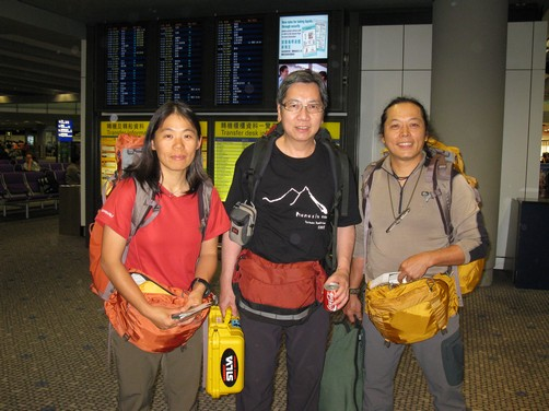 機場合照三人裝扮很一致喔