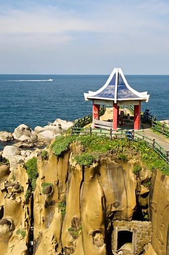 Hoping Island (和平島) is an amazing coastal park in Keelung, Taiwan (台灣基隆市).  It has some very interesting geology and beautiful views of the Pacific Ocean.