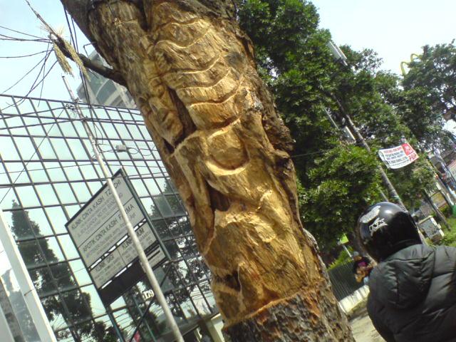 Pohon yang diukir di Simpang Dago