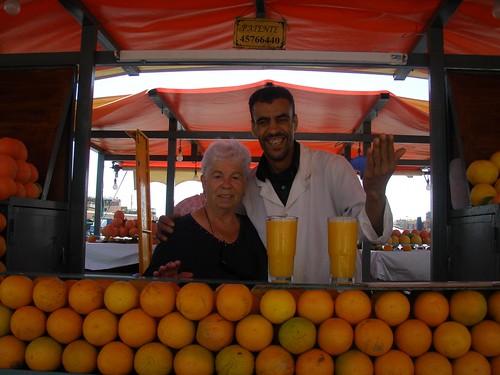 La iaia Maria en una de les parades de suc de taronja, a la plaça de Jema el Fna, Marraqueix