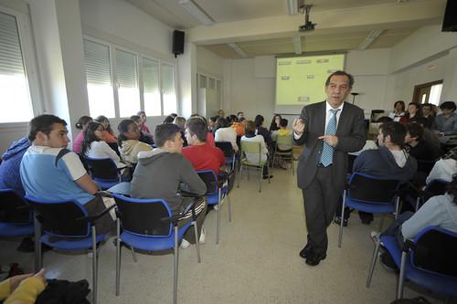 Miguel Soler hablando a los estudiantes del instituto María Zambrano. Foto Pedro Merino