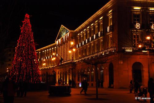 Fachada del Palacio de Navarra desde la entrada a la Plaza del Castillo.