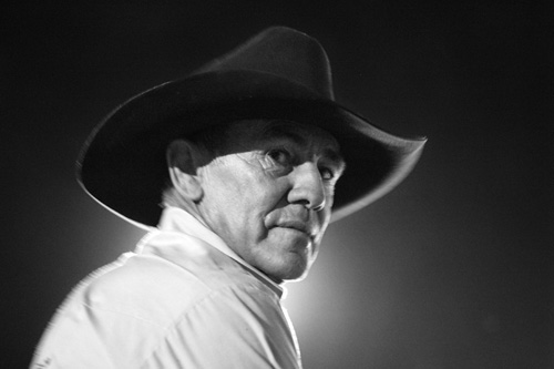 Seorang koboi dalam ajang tahunan Rodeo di Toowoomba, Queensland, Australia. Festival tahunan Rodeo biasa digelar di daerah-daerah peternakan di Australia. Salahsatunya adalah di Toowoomba, Queensland, Australia. Pesertanya tidak lain adalah warga Toowoomba sendiri yang kebanyakan berprofesi sebagai peternak yang akrab dengan kuda dan kerbau. Foto-foto rodeo ini diambil pada festival yang digelar pada Maret 2006 dan ditampilkan dalam cetak monokrom.