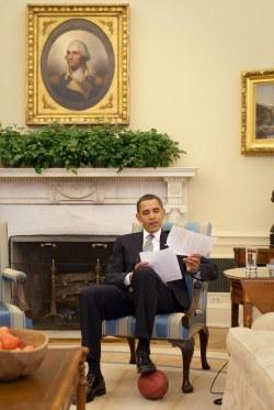 Obama pisando un balón de football