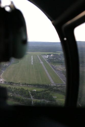 Den smale rullebanen på Starmoen flyplass. Første del av rullebanen (markert med gule piler), kan man bare ta av fra og ikke lande på. Den enda smalere taksebanen ligger til høyre for rullebanen.