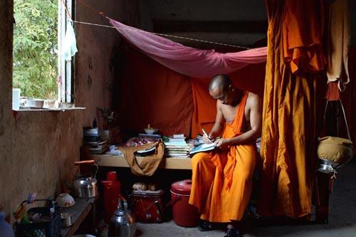 Pheakhdey menulis diary asrama sebuah Vihara di Siem Reap, Kamboja.