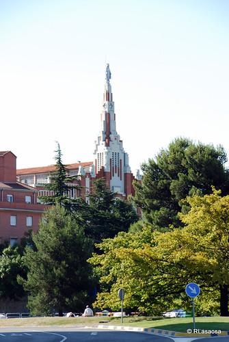 Plaza de los Fueros con la torre de la Iglesia de la Milagrosa, de los PP Paúles, obra del arquitecto pamplonés Víctor Eusa