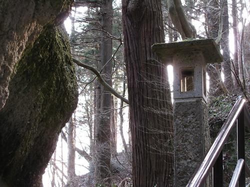 Lanterna di pietra lungo la salita