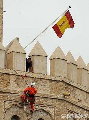 Activistas Greenpeace en la Torre del Oro.