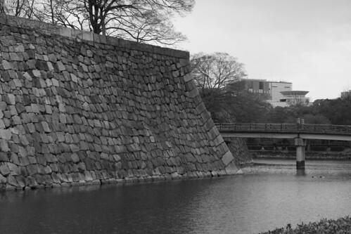 Den gigantiske muren som gikk rundt hele slottet.