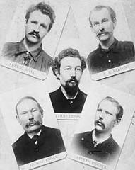 Mártires de Chicago: Parsons, Engel, Spies e Fischer foram enforcados, Lingg (ao centro) suicidou-se na prisão.