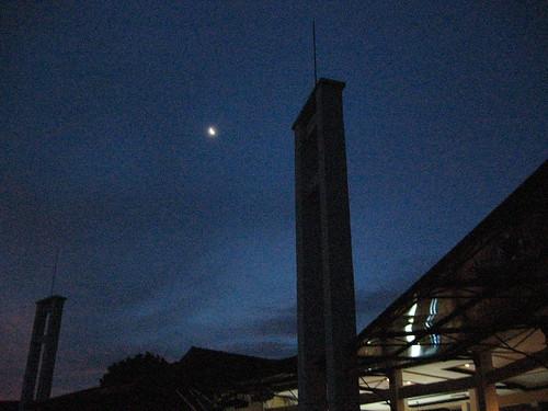 Mengamati Bulan. kredit : ls