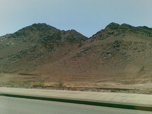 Dalam perjalanan dari Madinah ke Mekah. Secara geologikalnya kawasan Madinah berbukit.