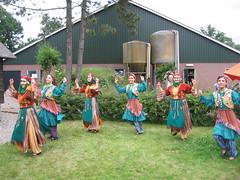 Multiculti! Turkse dans tegen decor van Hollandse boerderij