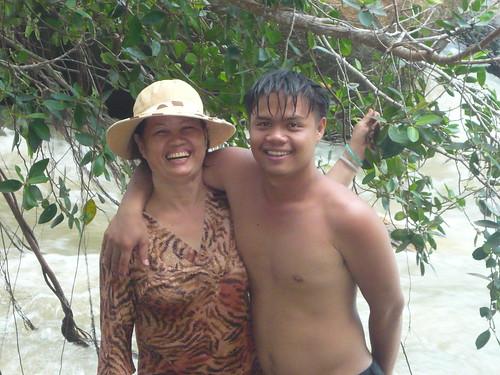 Mẹ tôi và chú út tại thác mai