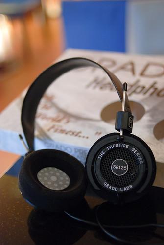 把耳機拿出來囉!兩側調整長度的設計蠻特別的(也是簡約 =.=),耳罩的海綿也跟大多數的不同