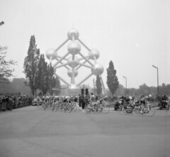 Wielrenners passeren het Atomium/Racing cyclists pass the Atomium (Brussels)