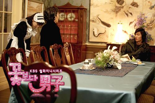Gu Jun Pyo kaget sewaktu kepala rumah tangga memperkenalkan seorang pelayan pribadi untuknya