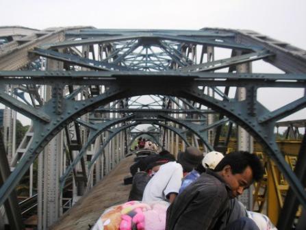 malaikat maut sering tugas  di atas jembatan kali bekasi