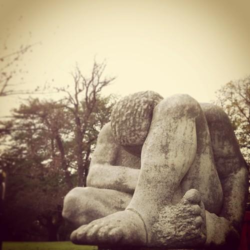 """""""Hockender"""" in Marmor von Susanne Knorr 1975/76 @ Rosensteinpark #Stuttgart"""