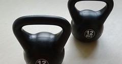 """Die Kugelhantel. Die Kugelhanteln. Kugelhanteln sind sehr vielseitige Trainingsgeräte. Man kann mit ihnen seine Körper in Form bringen. • <a style=""""font-size:0.8em;"""" href=""""http://www.flickr.com/photos/42554185@N00/32999915114/"""" target=""""_blank"""">View on Flickr</a>"""
