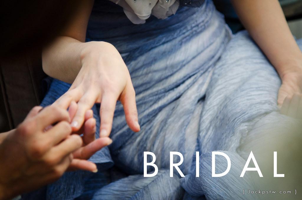 婚紗公司的造型師幫新娘上妝