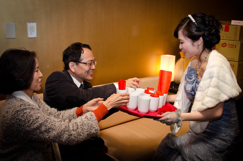 新娘奉茶給長輩