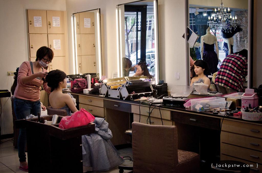 婚紗公司造型老師在幫新娘上妝