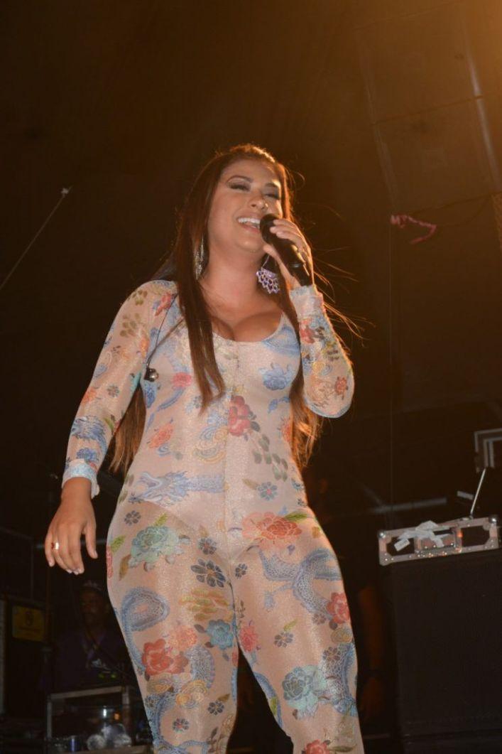Simone, da dupla com Simaria, usa macacão transparente e justinho em show