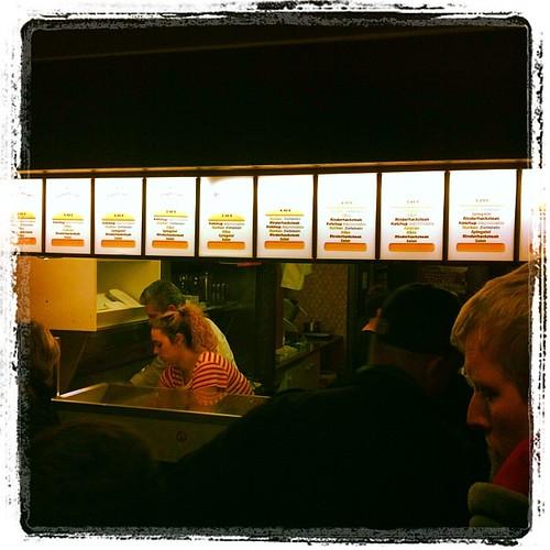 Jetzt bei #UdoSnack DEM #Burger meines Vertrauens. Der Laden platzt, aber das Anstehen lohnt!