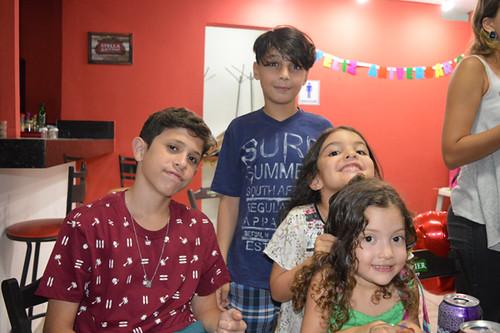 Arthur, filho de Mariana, com os priminhos Davi, Maria e Helena