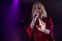 """Austra - Sala Apolo, abril 2017 - 11 - M63C2137-2 • <a style=""""font-size:0.8em;"""" href=""""http://www.flickr.com/photos/10290099@N07/33992333945/"""" target=""""_blank"""">View on Flickr</a>"""