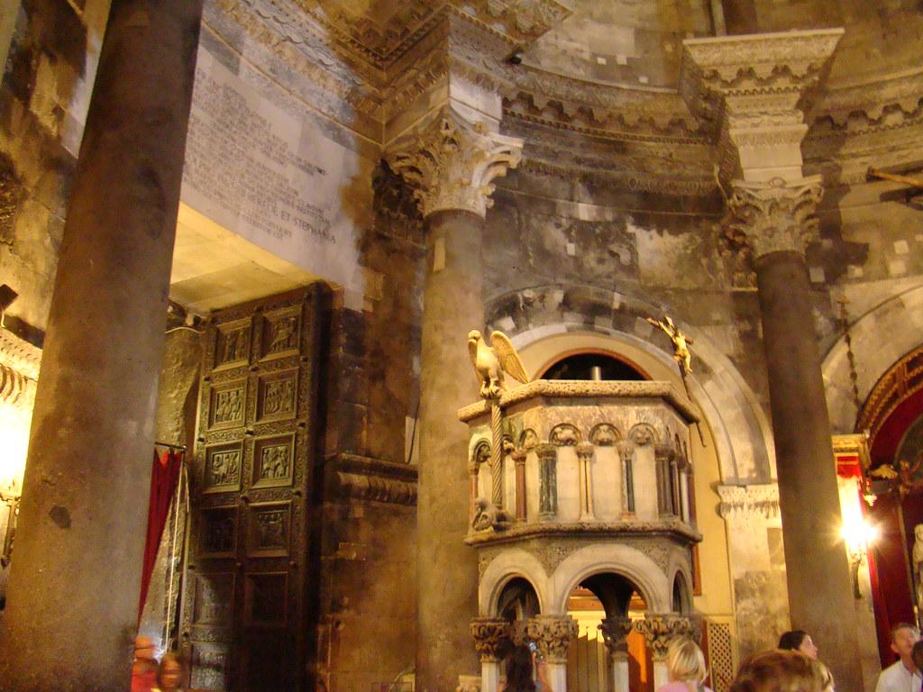 puerta y pulpito de la Catedral de Split Croacia 04